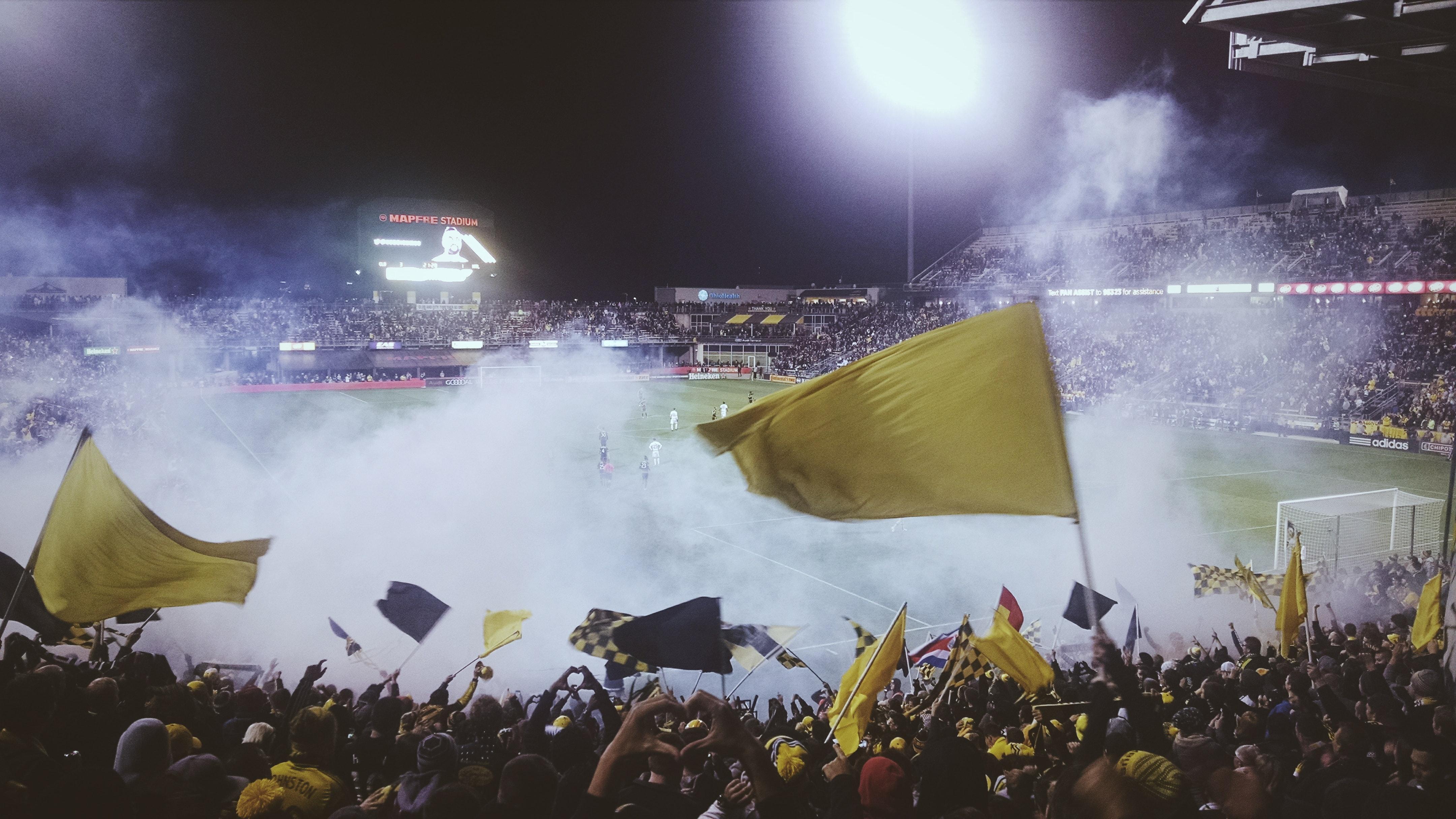 En fotballbane i røyk